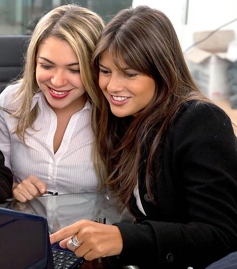 Munka és barátságHa napjaid nagy részét a munkahelyeden töltöd, az itt kötött barátságok igen fontosak lehetnek. Azonban a hosszú, harmonikus kapcsolat érdekében ügyelj arra, hogy ha alá-fölé rendelt viszonyban vagytok, a munkát és a baráti beszélgetéseket szigorúan válasszátok külön! Ugyanakkor a szakmai döntéseket sem szabad, hogy az informális viszonyok befolyásolják.