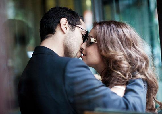 Ha csókkal üdvözlitek egymást, az jó jel, de nem mindegy, hogyan teszitek ezt. Ha puhán értek egymás szájához, az intimitást jelez, míg a megfeszülő ajkak szorongásról és a közelség előli menekülésről árulkodnak.