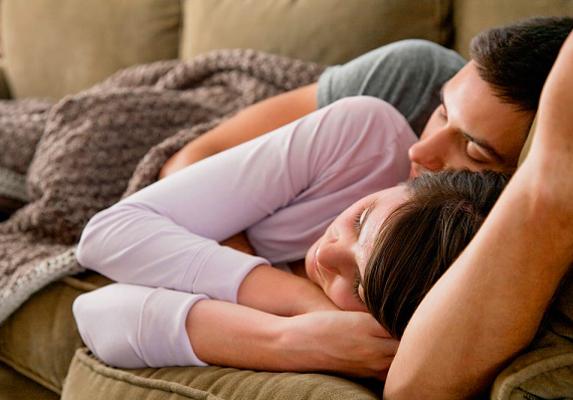 Amikor alszotok, a szerelmes férfi szorosan melléd bújik, és átölel. Persze, ez a lefekvéskori állapotra vonatkozik, mert éjjel alakulhat úgy, hogy másfelé fordul, hiszen alszik.