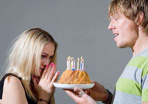 A kisebb-nagyobb meglepetések is nagyon árulkodóak. Legyen az a szülinapodon vagy hétköznap, ha a pasi energiát fektetett abba, hogy örömet szerezzen neked, nyilvánvalóan szeret téged.