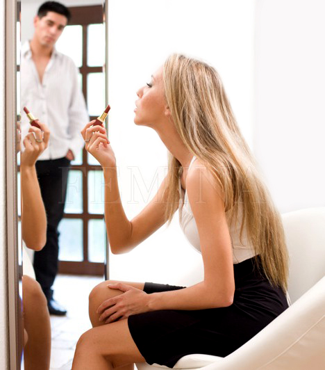 Készülődés órákig                         A pasiknak fele annyi idő sem kell, hogy elkészüljenek, mint a nőknek, ezért sokszor toporognak idegesen, amikor a párjuk még mindig nem fejezi be a szépítkezést. Ezért pedig nem kellene haragudniuk, hiszen a csinosítgatás, sminkelés, cicomázás azért is történik, hogy a férfi szépnek és kívánatosnak lássa a nőt, és büszke legyen rá.