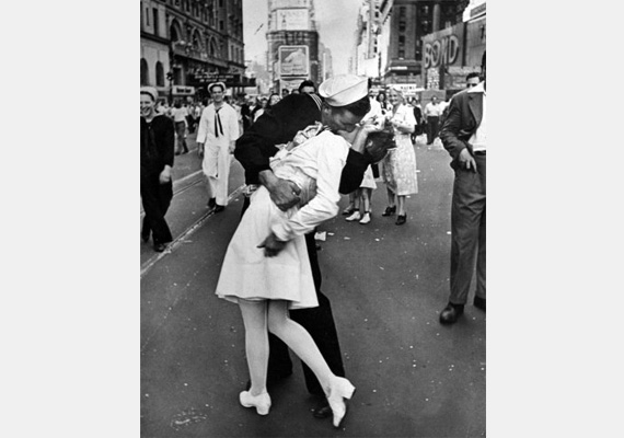 Egy tengerész és egy nővér csókja nem messze a Time Square-től a második világháború végén. Spontán tett volt a tengerésztől, nem ismerte a nővért.  Fotó: Alfred Esenstaedt