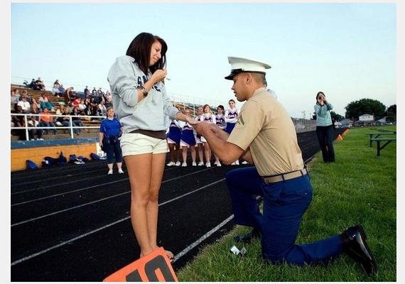 Marine Isiah Beauchamp régi középiskolájukban, egy meccs félidejében kéri meg barátnője kezét.Fotó: E.L. Conley