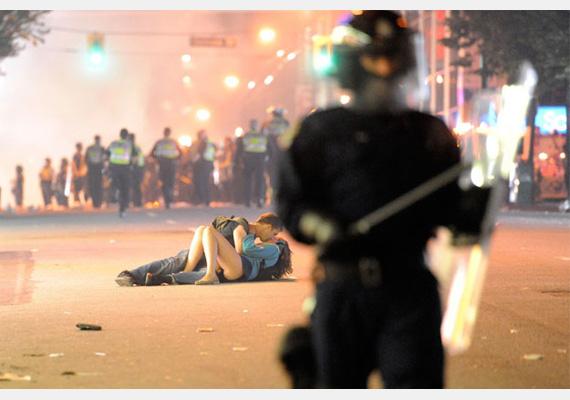 Scott Jones és Alexandra Thomas Vancouverben, hokiszurkolók tüntetése után csókolózott a földön fekve.Fotó: Rich Lam