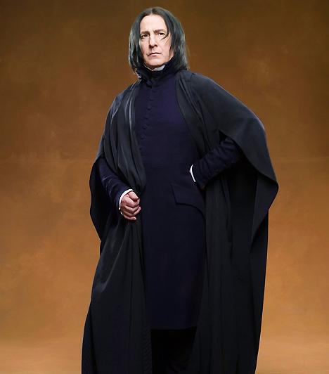Alan RickmanBár zsíros hajú Pitonként a legrosszabb arcát mutatja, meg kell hagyni, az angol színésznek vonásai ellenére van tartása. Ha nem is vetekedhet az év jóképű sztárjaival, elegáns tartása sokakat magával ragad.Kapcsolódó hír:Bevalotta! Gyűlöli Rowlingot Harry Potter »