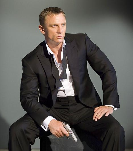 Daniel CraigMegszokhattuk, hogy James Bond megformálója mindig a legszexibb pasik közül kerül ki. Vitathatatlan, hogy a karakteres arcélű Craig nem kevés vonzerővel rendelkezik, mégsem egészen illik az eddigi makulátlan sorba.Kapcsolódó érdekesség:Ilyen volt, ilyen lett: Daniel Craig »