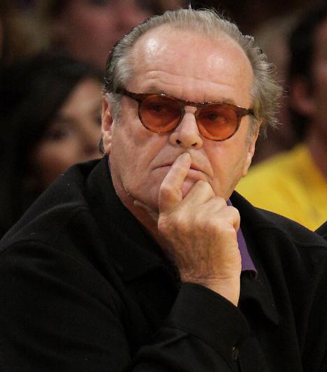 Jack NicholsonBár a sátáni mosolyú színész fiatalon nem volt csúnya, az idő előrehaladtával meglátszanak rajta az évek nyomai. Hiába azonban a megereszkedett arcbőr és a pár kiló felesleg, vonzereje töretlen.Kapcsolódó cikk:Botrányos és pikáns titkok a nőfaló Jack Nicholdon életéből »