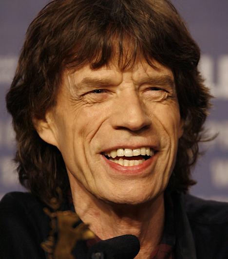 Mick JaggerA Rolling Stones nem csak egy kevéssé előnyös külsejű taggal büszkélkedhet. Mick Jagger, az alapító énekes sem egy férfiszépség, a világ egyik legnagyobb rockbandájának frontemberét azonban ez cseppet sem zavarja, hiszen így is akad rajongója épp elég.