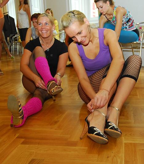 A Stiletto tréning alatt a tanítványok magas sarkút viselnek, ami elősegíti a szexis testtartást.