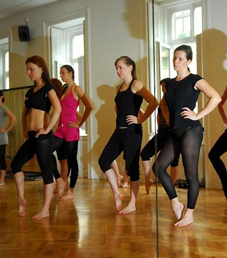 Alma a tréning kifejlesztéséhez boka- és lábspecialistát is felkért, hogy egészségügyileg is támadhatatlan edzést dolgozhasson ki.  Kapcsolódó cikk: Szexis járás tűsarkúban »