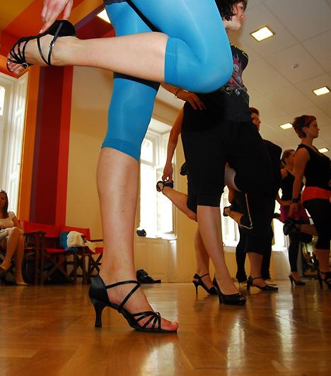 A tréning lényege, hogy stabilizáljuk a térd- és bokaszalagokat, erősítjük a láb, a vádli és a hát izomzatát, ezáltal csökkentjük a fájdalmat és a sérüléseket a magas sarkú cipő viselése közben.