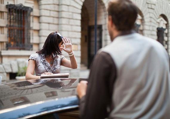 Gyakori figyelmeztető jel, ha egyre többet kritizál a párod, és apróságokat is a szemedre hány.