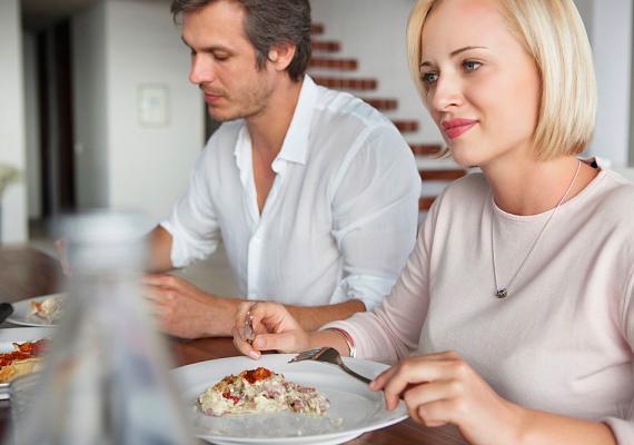 Akik összeköltöznek, gyakran elfelejtenek beszélgetni, csak ülnek egymás mellett szótlanul, vagy, ha beszélnek is, csak a mindennapokban szükséges dolgokról, például, hogy mi legyen a vacsora.