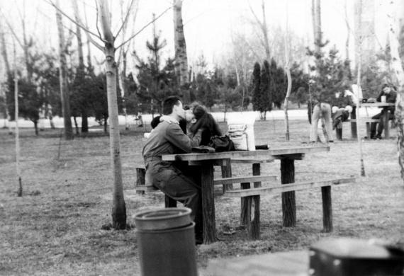 A katona és kedvese önfeledt csókja felidézi azokat az időket, amikor még hosszú hónapokat töltöttek külön a párok a kötelező sorkatonaság miatt.
