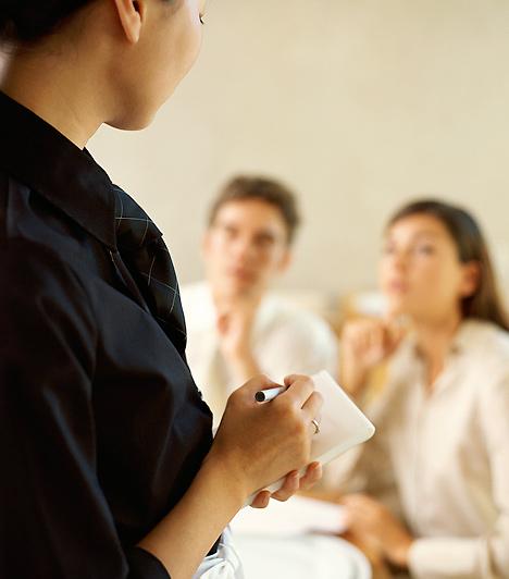 RendelésHa étteremben vagytok, az illem szabályai szerint a férfinak illik leadnia a rendelést, miután előzékenyen megkérdezte tőled, hogy mit kérsz.Kapcsolódó cikk:4 ciki illemtanbaki, amit a nők elkövethetnek »