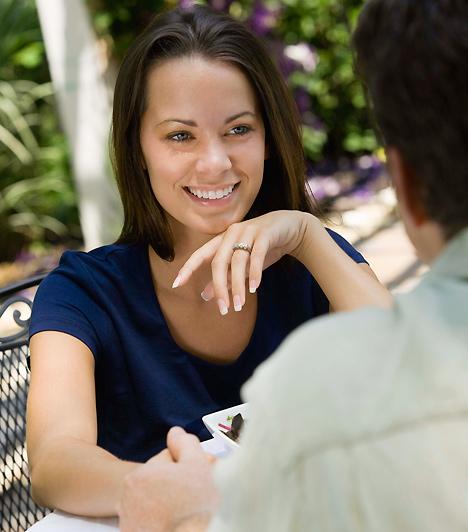 FigyelemA szemkontaktus nem csak a flört, de az illem szempontjából is fontos. A randi során ne figyelj minden másra, miközben partnered megpróbál lenyűgözni, és ugyanígy, te is elvárhatod, hogy ő rád figyeljen. Ha mélyen a szemedbe néz, és nem mustrálja az arra járó lányokat, az egyértelmű üzenet: te kellesz neki.Kapcsolódó cikk:4 jel, hogy a férfi szerelmes »