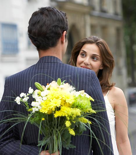 VirágRégi randiszabály, hogy a nőnek illik virágot vinni első alkalommal. Ma már a legtöbben korainak tartják, ha az első találkozóra virággal állít be a pasi, mások szerint pedig ódivatú gesztus. Ha azonban mégis virágot kapnál a férfitól, ne feledd: kevés illetlenebb dolog van annál, mint ha ottfelejted azt a randi helyszínén!Kapcsolódó cikk:4 biztos jel, hogy bejössz a pasinak »