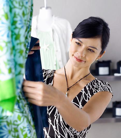 RuhaAhogy a smink, úgy a ruha esetében is igaz, hogy visszafogottan könnyebben magadba bolondíthatod a pasit, mint ha a legszexibb buliszerelésedet öltenéd magadra. Természetesen lehetsz csábító, de ügyelj arra, hogy főként neki tűnjön ez fel, és ne mindenkinek.Kapcsolódó galéria:A csábító nő 15 alapdarabja »