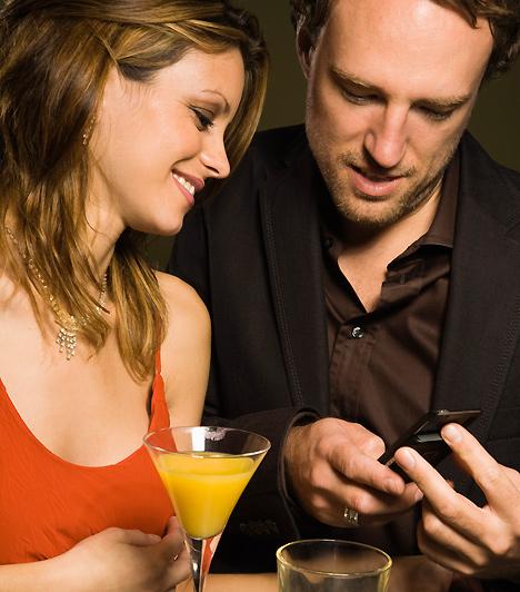 TelefonszámHa szeretnéd, hogy legyen folytatás, az első találkozás alkalmával várd meg, amíg a pasi kéri el a telefonszámodat, és akármennyire tetszik is, ne csúsztasd elé a névjegykártyádat. Az sem illő, ha ő akarja megadni neked a számát: ez esetben joggal feltételezheted, hogy mindegy is neki, hogy találkoztok-e még a jövőben, vagy sem.