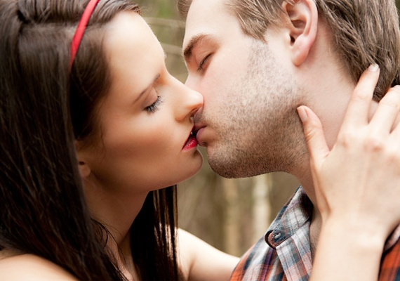 Add meg a módját! A szokásos gyors puszi helyett csókold meg, apait-anyait beleadva.