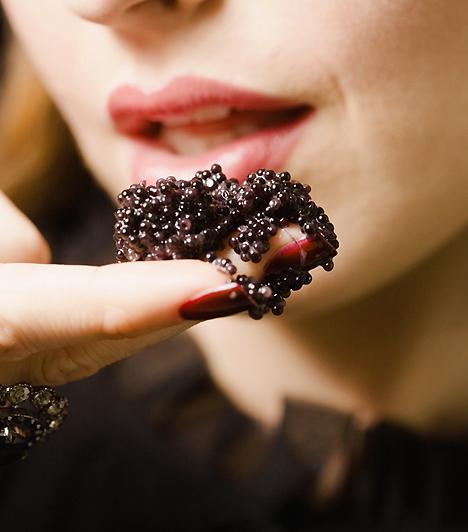 KaviárA kaviárt a régi időkben gyöngyház edényekből aranykanállal ették a cárok. Afrodiziákumként hasonló az osztrigához: könnyű enni és megemészteni. Kínáld párodat pezsgővel és kaviárral, hogy biztos lehess a hosszú szerelmes éjszakában!