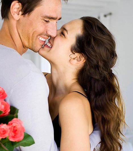 ÖlelésAz ölelés során minden emberben oxitocin szabadul fel. Ez a vegyület felelős a kötődésért, minél intimebb közelségben vagytok tehát pároddal, annál könnyebb lesz megőriznetek a szerelem lángját. Egy érintés, egy simogatás nem csak a lelkednek esik jól: biológiailag is ez biztosítja, hogy együtt maradjatok.Kapcsolódó cikk:Egy rejtett, de biztos szerelemébresztő »
