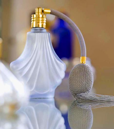 Parfüm  A különféle aromák szerves részét képezik a kapcsolatnak, hiszen a test természetes illata mellett idővel ezek is kötődnek az emberhez. Az illatok segíthetnek felidézni egy régi emléket, amit nem árt szem előtt tartanod, ha szeretnél végleg behálózni egy pasit! Ha van egy kedvenc parfümöd, amit rendszeresen használsz, párod garantáltan rögtön rád gondol majd, ha valahol hasonló illatot érez.