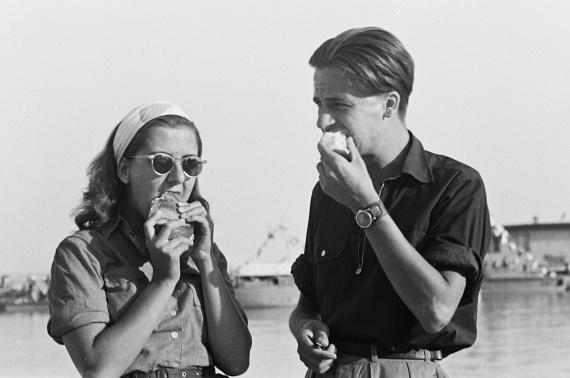 Jóízűen falatozó pár Balatonfüred kikötőjében. A fotó 1960-ból való.