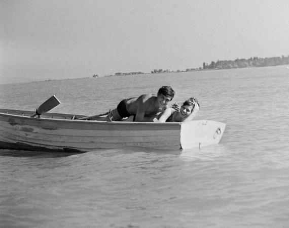 Ezek a fiatalok is fantasztikusan érezték magukat a csónakázás közben. 1966-ot írunk.