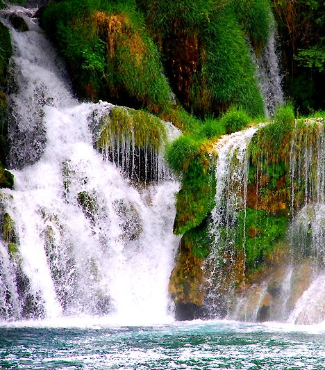 Krka vízesés - HorvátországMióta divatba jöttek a dzsungeles kalandfilmek, olthatatlan vágyat érzel, hogy kipróbáld, milyen lehet egy vízesés habjai alatt szeretkezni? Nem kell messzire menned, hogy fantáziádat valóra váltsd, hiszen a Horvátországban található Krka Nemzeti Park vízesése úszók számára is megközelíthető, és sodrása sem túl nagy.