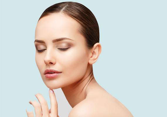 A szögletes állkapocs és a kicsi, formás orr meghatározó részletei, egyben kulcsfontosságú tulajdonságai a szexi női arcnak.