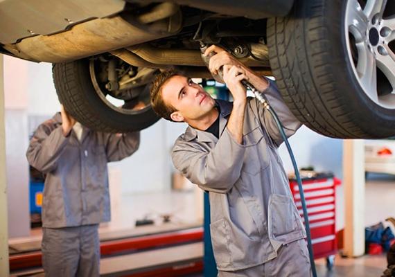 AutószerelőAz autószerelés igazi férfias tevékenység, így az ilyen foglalkozású pasiknak már eleve sikere van sok nőnél. A vele járó olajos ruha és kezek a legtöbb nő számára szintén nagyon vonzóak.