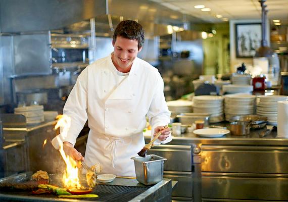 SzakácsA nők többsége imádja nézni, ahogy egy pasi főz. Igaz, nem csupán ez, hanem talán az is ott van a szakács pasik iránt sokak által érzett rajongás mögött, hogy nem csak a férfiak szívéhez vezet a gyomrukon át az út!