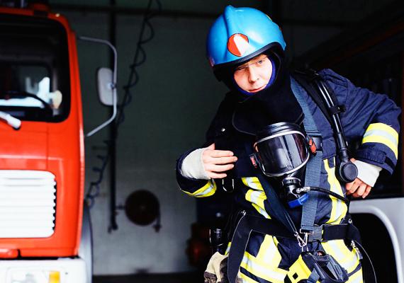 TűzoltóA tűzoltókról az a legenda járja, hogy nagyon sok jóképű pasi van köztük. Bármilyen arc is bújik meg azonban a sisak alatt, a tűzoltók hősiessége, bátorsága a legtöbb női szívet lázba hozza.