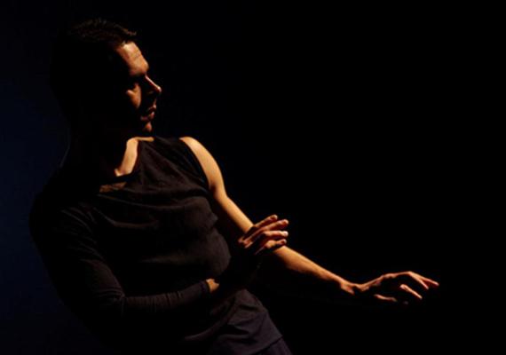Bora Gábor                         Táncművész, táncpedagógus, de masszőrként is tevékenykedik. Bora Gábor szabadúszó táncművész, képünkön Duda Éva Credo című előadásában látható.
