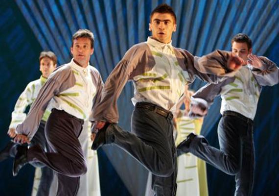A Duna Művészegyüttes férfi tánckara az Örökkön örökké című előadásból.