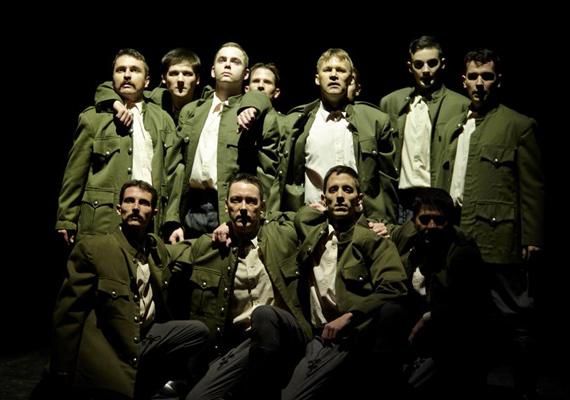 A Magyar Állami Népi Együttes daliás férfi tánckara szexi egyenruhában. A grandiózus férfiakat a MANE előadásokban veheted közelebbről szemügyre.