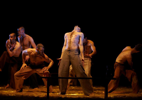 Carmina Burana a Szegedi Kortárs Balett lenyűgöző férfi tánckarának előadásában. Nem csoda, hogy a jegyek pillanatok alatt elkelnek.