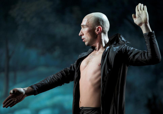 Vati Tamás                         1996-ban szerződött a Bozsik Yvette Társulathoz, szólótáncosként számtalan Bozsik-koreográfiában nyújtott kiemelkedő, felejthetetlen alakítást.