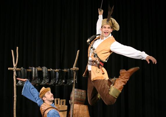 Zámbó István                         A Honvéd Táncszínház szólótáncosa képünkön a Tenkes kapitánya című darab főszerepében látható.