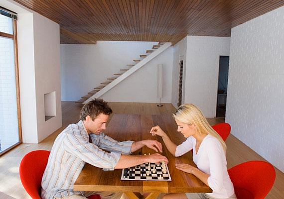 Amíg játékból versenyeztek, addig minden rendben, de a mindenre kiterjedő versenyszellem alááshatja a kapcsolatotokat. Ezért ne próbálj mindenben rálicitálni a párodra.