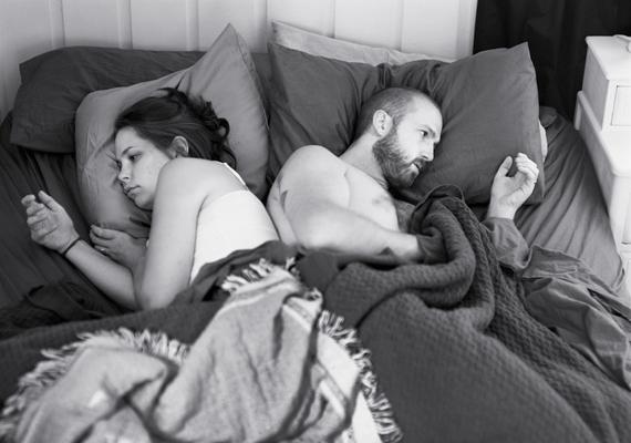 Bizonyára sokkal jobban éreznék magukat az emberek egy kapcsolatban, ha összebújva, és nem a mobiljukba feledkezve hajtanák álomra a fejüket.