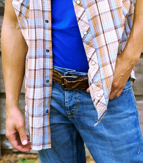 Cowboy-állásAmennyiben kiszemelted az első zsebeibe teszi kezeit, egyértelmű útbaigazítást ad a tekintetednek. A cowboy-állás a legfőbb férfi udvarlópozíció a nyugati világban. Szerencsére azonban nem kell tartanod a hirtelen előránduló pisztolytól, hiszen egészen más fegyver van a középpontban.