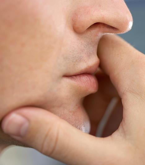 Megérinti a szájátA férfi nem rúzsozza a száját, hogy felkeltse vele figyelmedet, ha azonban megtetszel neki, az ő testében is hevesebb lesz a véráramlás. Ekkor az ajkak észrevétlen mértékben, de megduzzadnak, és kissé a színük is erőteljesebb lehet. Amire mindebből te is felfigyelhetsz, az az, hogy beszélgetőpartnered valószínűleg gyakrabban nyúl majd az arcához vagy az ajkához, hiszen izgatott állapotban minden érintés jólesik.