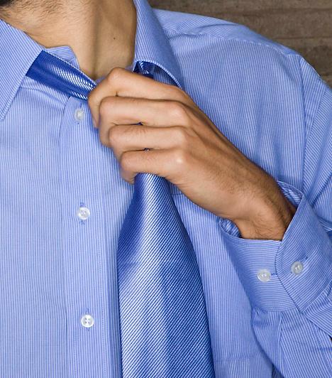 Kínosan igazgatHa a pasi kínosan igazgatja rendezett öltözékét, meglazítja a nyakkendőjét, az nem feltétlenül arra utal, hogy egy füllentés miatt jött zavarba. Könnyen lehet, hogy lenyűgöző látványod miatt lett hirtelen melege, így kénytelen volt lazítani öltözékén.Kapcsolódó cikk:4 árulkodó jel, hogy bejössz a pasinak »