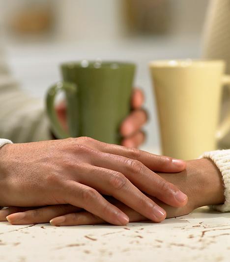 ÉrintésAhogy a kommunikáció egyre intimebbé válik közöttetek, valakinek meg kell tennie azt a lépést, amitől a falak végleg leomlanak: meg kell érintenie a másikat. Amennyiben partnered megteszi ezt, biztos lehetsz benne, hogy senki más nem érdekli, csak te.Kapcsolódó cikk:A legforróbb pasifogó prakitka »