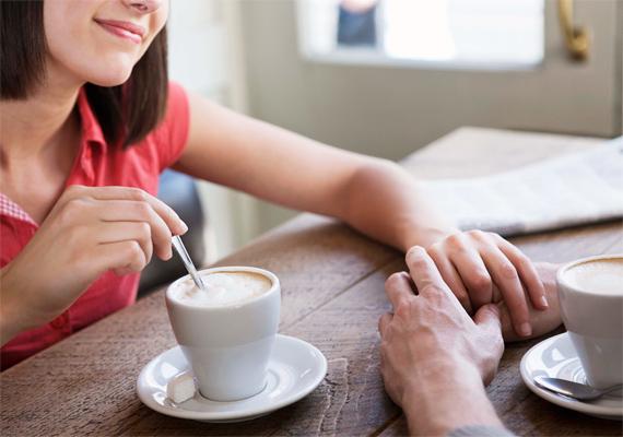 A kéz érintése egyfajta megerősítést jelent, hogy a szóban elhangzottak fizikális formában is nyomatékot kapjanak, azaz, hogy a férfi bizonyítsa igazát.