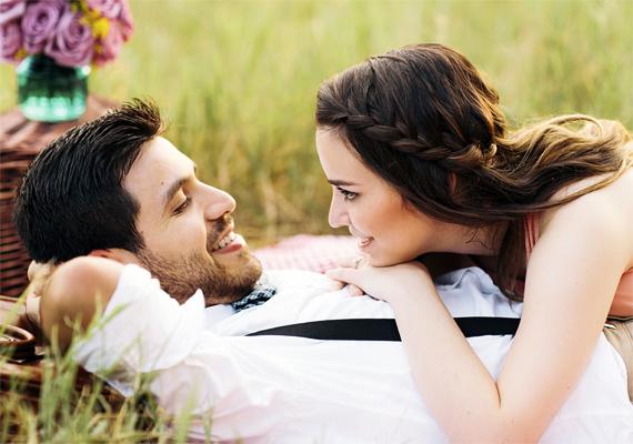 A szemkontaktus nagyon fontos: aki nem képes a másik szemébe nézni, annak vaj van a füle mögött. Az igaz ember nem kapja el a tekintetét zavarában.