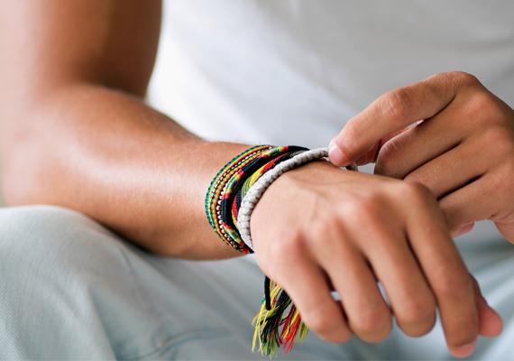 Ha karkötőjét, óráját, inge gombját, nyakkendőjét vagy bármi mást igazgat a kezével, a férfi egyértelműen tetszeni akar.