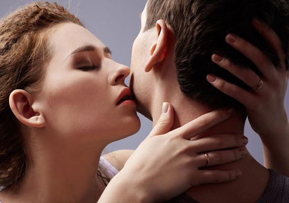 A nyak, a nyakszirt és a vállak is a legérzékenyebb területek közé tartoznak. A férfiak bőre itt vastagabb, így bevetheted az apró harapásokat is.